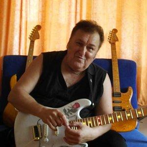 Asım abi nin  Yeni Gitarı gelmişş...